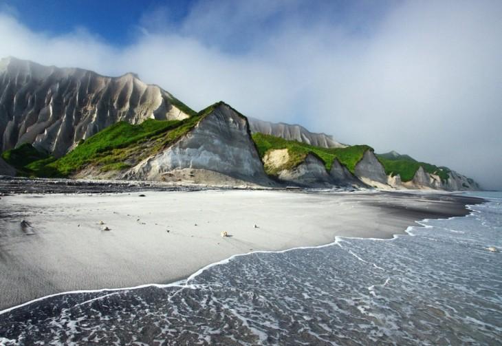 fotografía de los acantilados blancos en la Isla Iturup, Rusia