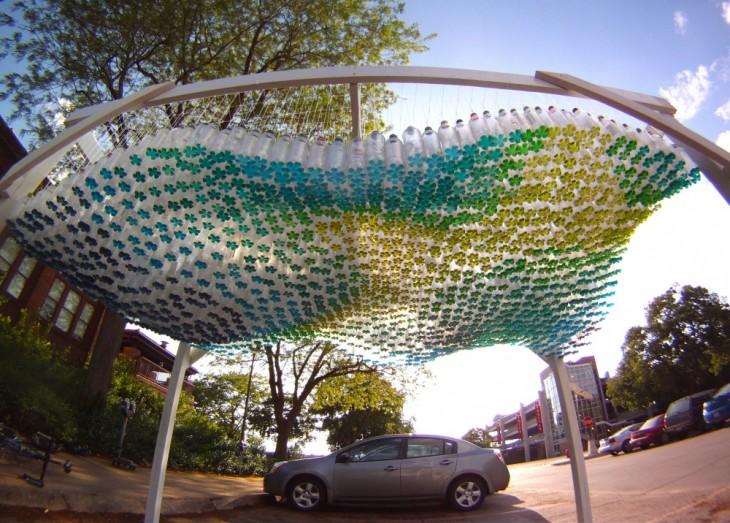 techo hecho con botellas de plástico sobre un coche en Estados Unidos