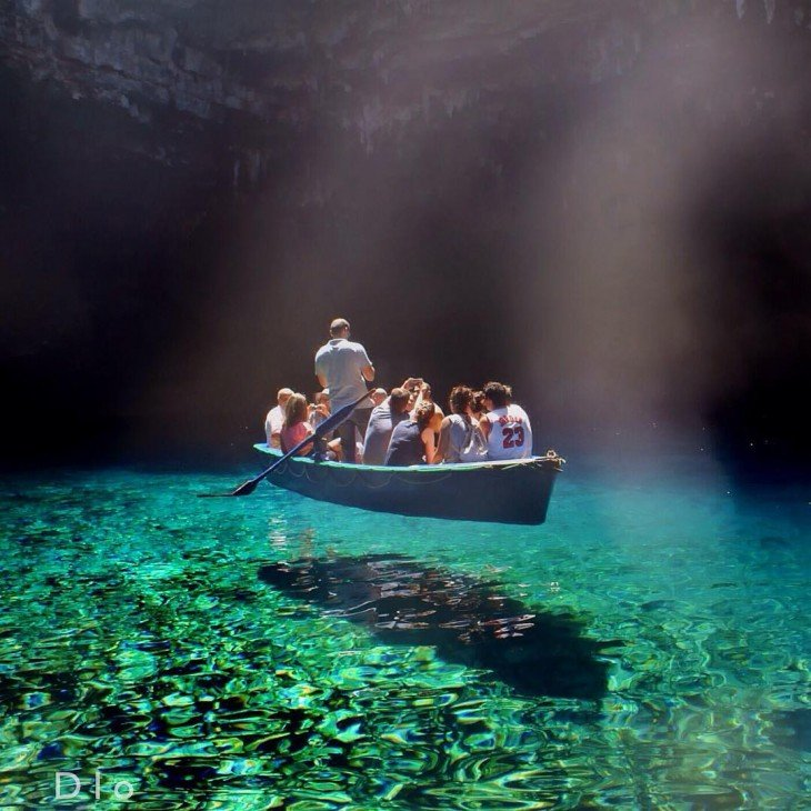 Personas sobre el lago de agua pura en Grecia