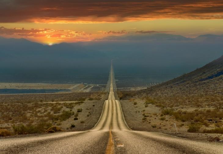 Fotografía de un camino tomada desde el valle de la muerte en Estados Unidos