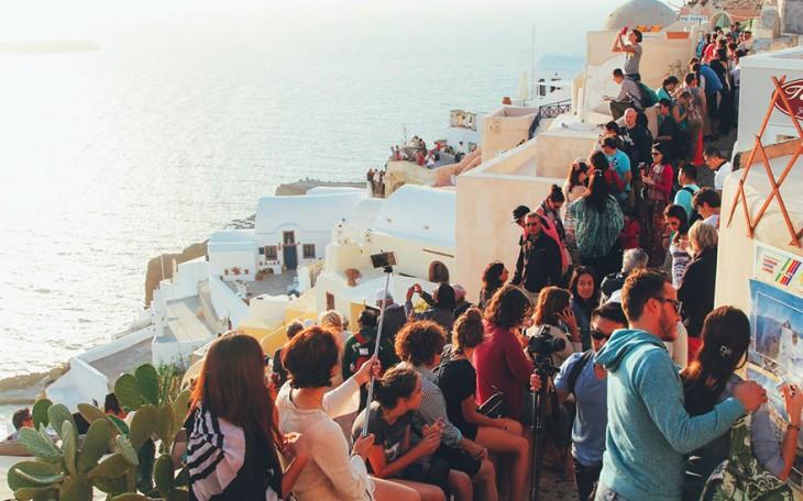Calles de Santorini llenas de turistas