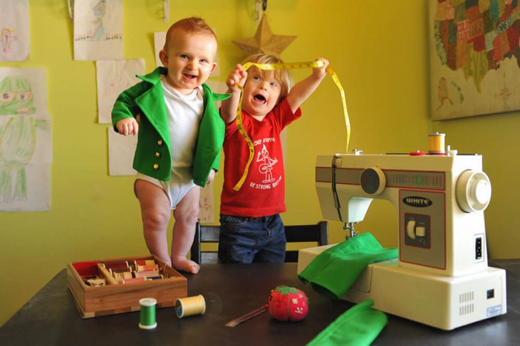 niños jugando con algunas cosas de costura y una máquina de coser