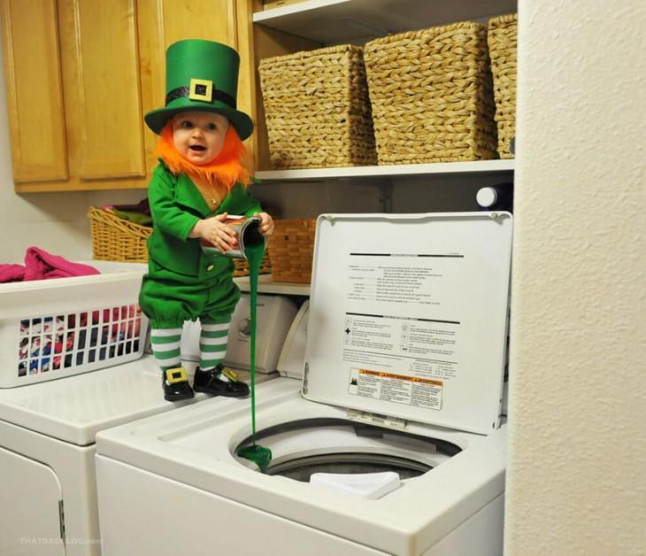 bebe disfrazado de leprechaun derramando pintura dentro de la lavadora