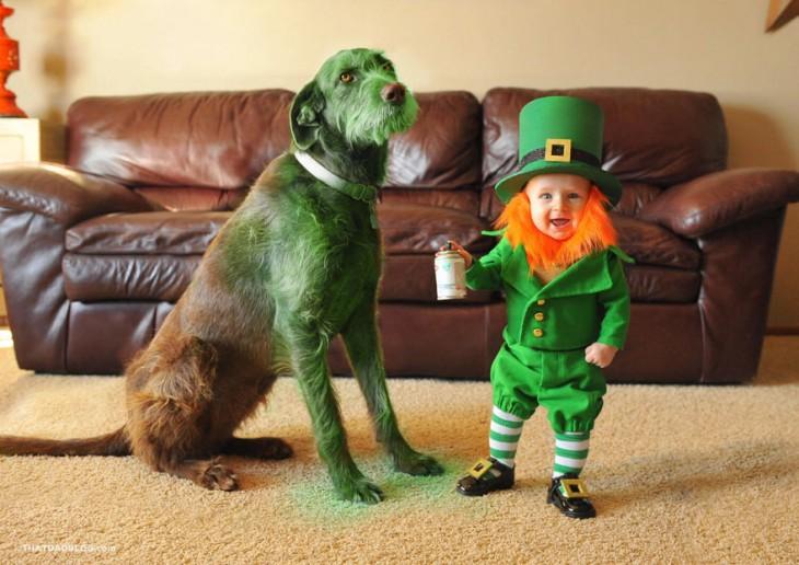 bebé disfrazado de leprechaun pintando a su perro en la sala de su casa