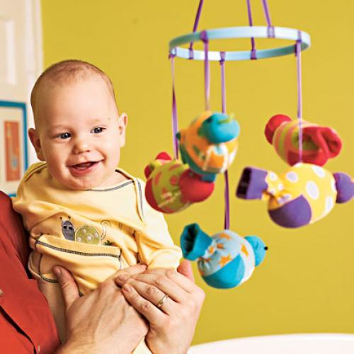 móvil para la cuna de bebé hecha con calcetines