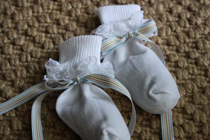 calcetines de niña convertidos en bolsitas aromáticas