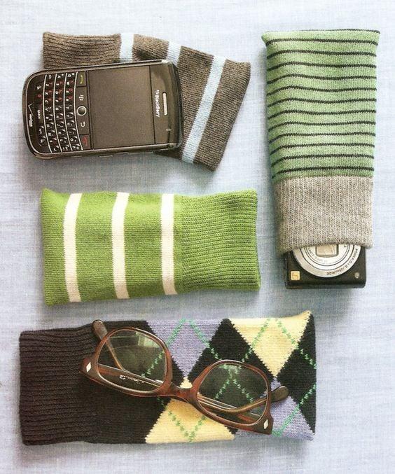 calcetines reutilizados como fundas para celular y cámaras
