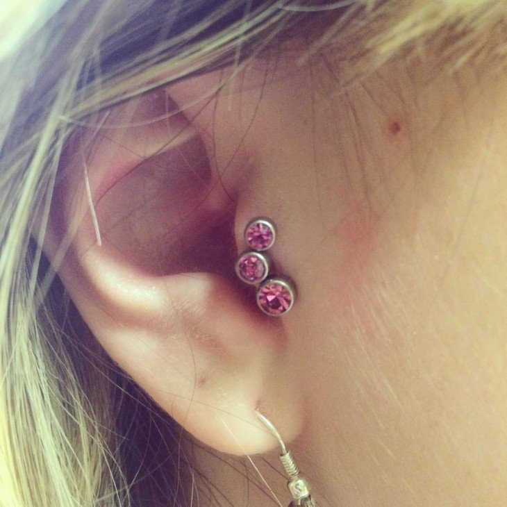 piercing rosas en la oreja de una chica