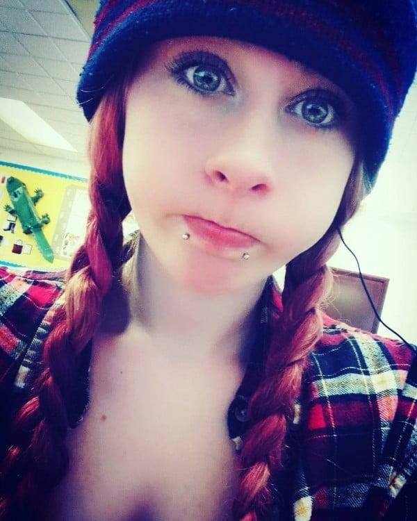 chica con dos perforaciones debajo de su labio