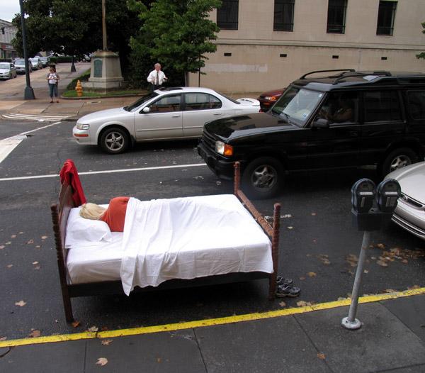 escultura de una mujer acostada en una cama