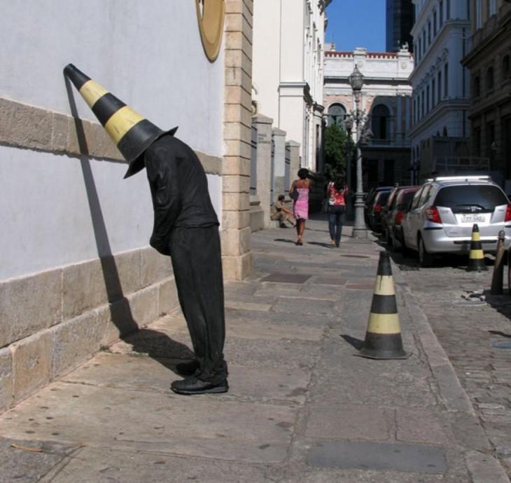 Impresionantes esculturas callejeras de Mark Jenkins de una persona recargada en una pared