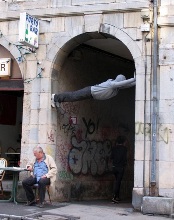 escultura sobre el arco de un pasadiso en una calle
