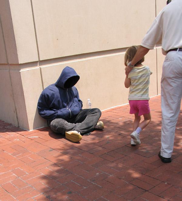 Impresionantes esculturas callejeras de Mark Jenkins de una persona real sentada en el suelo