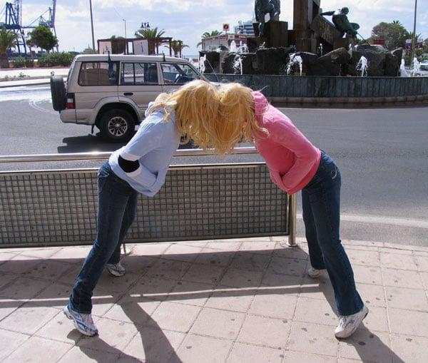 Impresionantes esculturas callejeras de Mark Jenkins con cuerpos de dos mujeres
