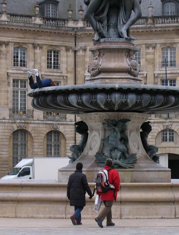 escultura sobre una fuente simulando que esta metiendo su cabeza