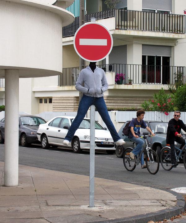 Escultura realista sobre un señalamiento de transito