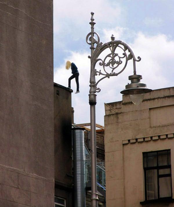 escultura real del cuerpo de una mujer sobre un edificio