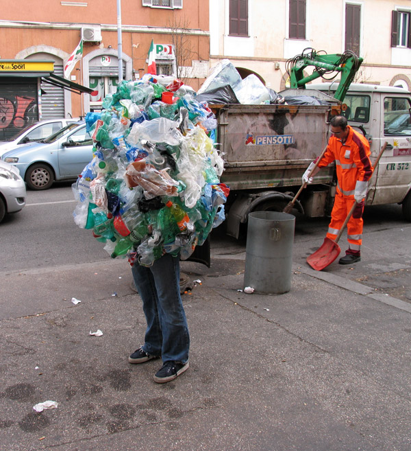 Impresionantes esculturas callejeras de Mark Jenkins del cuerpo de una persona cubierta con botellas de plástico
