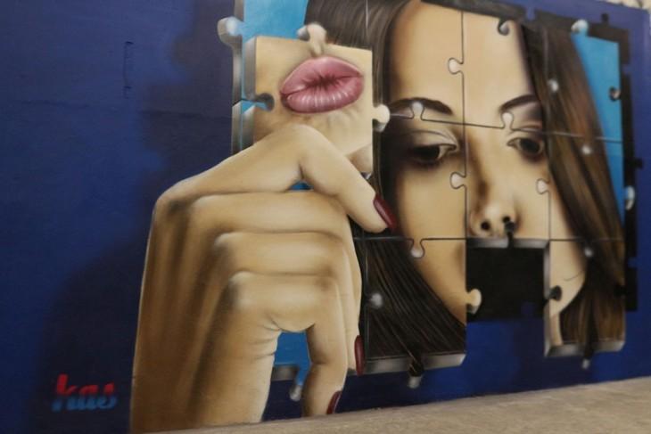 cara de una mujer de rompecabezas pintada en un mural en Bruselas, Bélgica