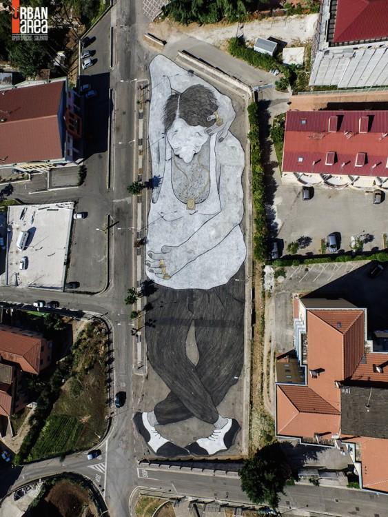 arte callejero del cuerpo de un hombre sobre el suelo en Salerno, Italia