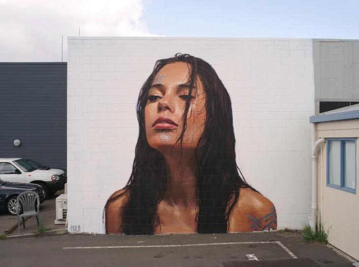 obra de arte en la forma de una chica en una pared de Nueva Zelanda