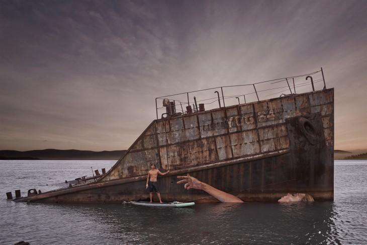 chico cerca de un barco con la pintura de una mujer en Hawái, Estados Unidos