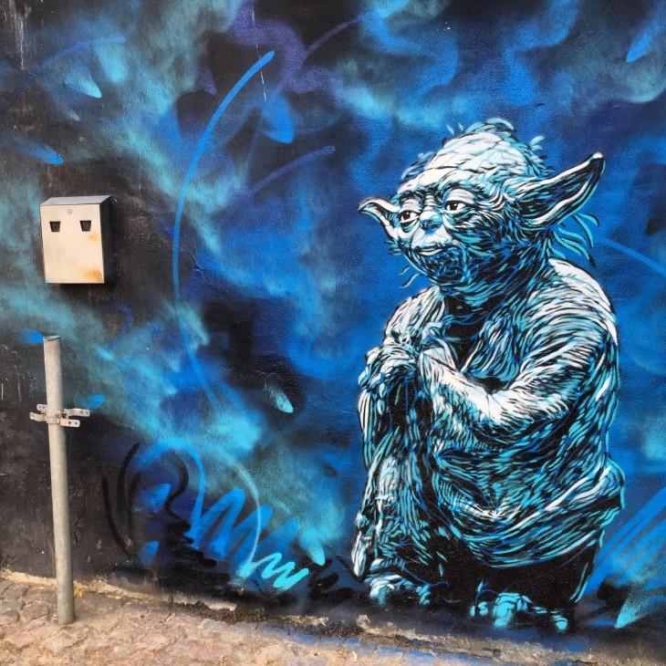 arte callejero de Yoda de Star wars en una pared en Horsens, Dinamarca