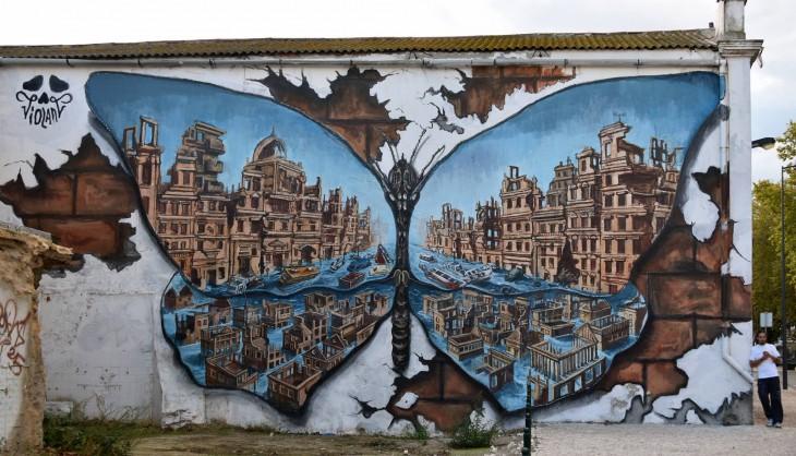 mariposa que en sus alas muestra una ciudad a cargo de Violant en Barreiro, Portugal