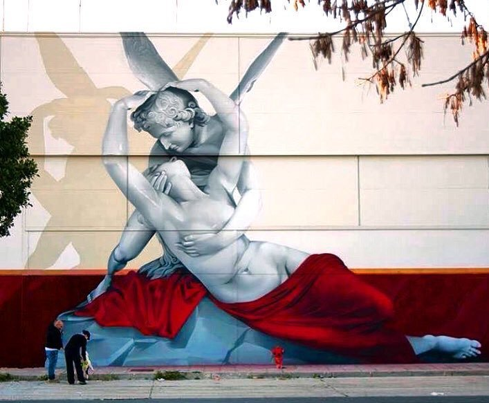 obra de arte callejera de dos ángeles abrazados en España