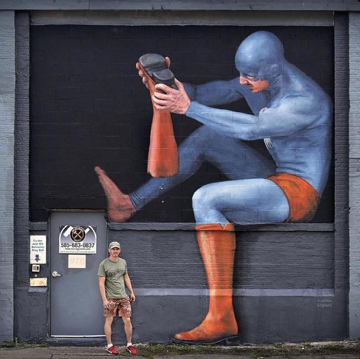 dibujo de un superhéroe quitándose una bota pintado en una pared de Rochester, NY