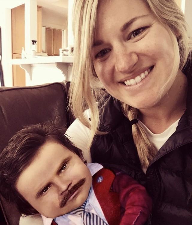 imagen photoshop de la bebé con mucho pelo con una cara de hombre