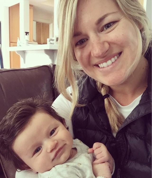 Fotografía de la bebé con mucho pelo Isabelle Kaplan junto a su mamá Mackenzie Kaplan