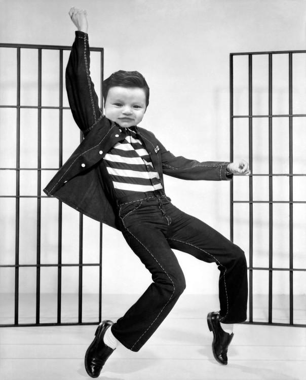 elvis presley bailando el rock de la cárcel con la cara de la bebé con mucho cabello