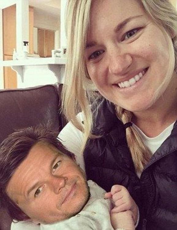 la bebé con mucho cabello con la cara del actor Mark Wahlberg