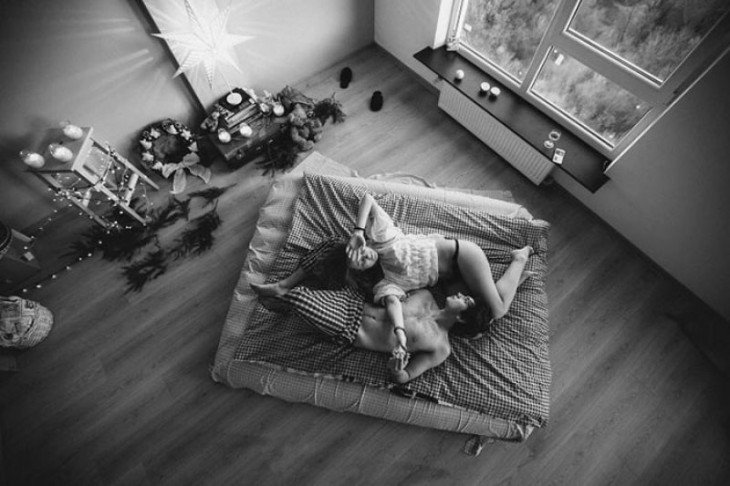 fotografía de una pareja acostada en el piso de una habitación