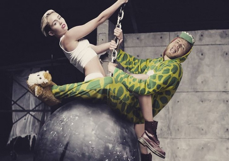 Lorenz Valentino vestido de dinosaurio en una imagen con photoshop junto a Myley Cyrrus en Wreking Ball .