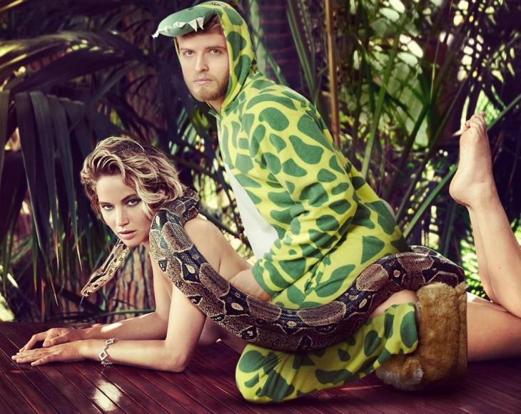 imagen photoshopeada de un chico vestido de dinosaurio junto a Jeniffer Lawrence