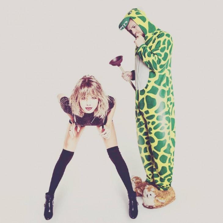 photoshop del chico vestido de dinosaurio mirándole el trasero a Taylor Swift