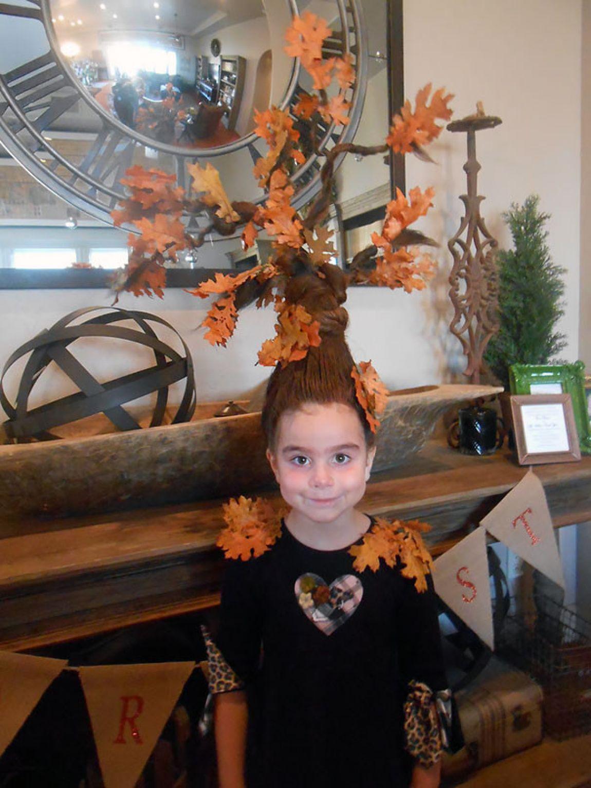 niña peinada de árbol con las hojas secas de otoño