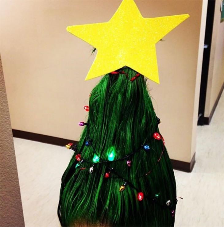 niña con el peinado de un árbol de navidad