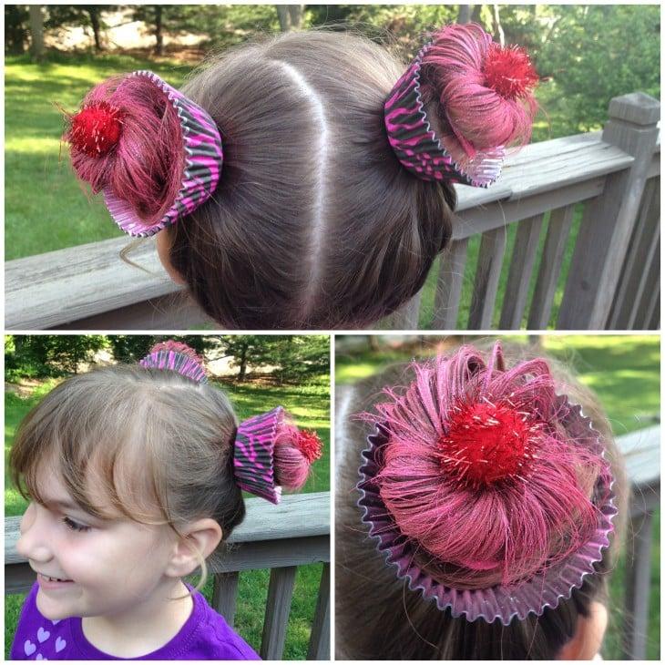 niña peinada con bases de cupcakes sobre su cabeza