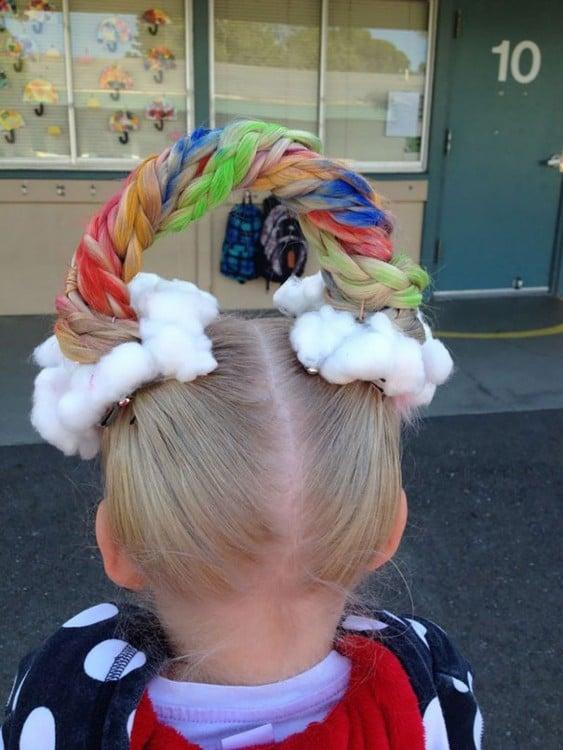 peinado de una niña simulando ser un arcoiris