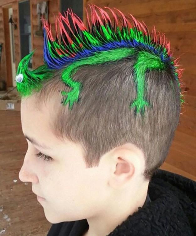 peinado de un niño simulando ser una iguana