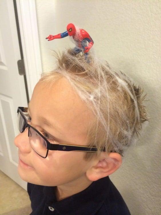peinado de un niño con telarañas y un hombre araña