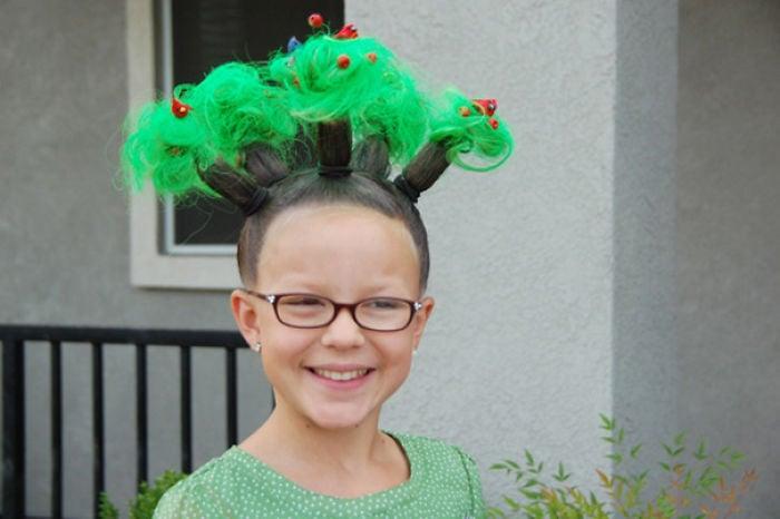 peinado de árbol en la cabeza de una niña