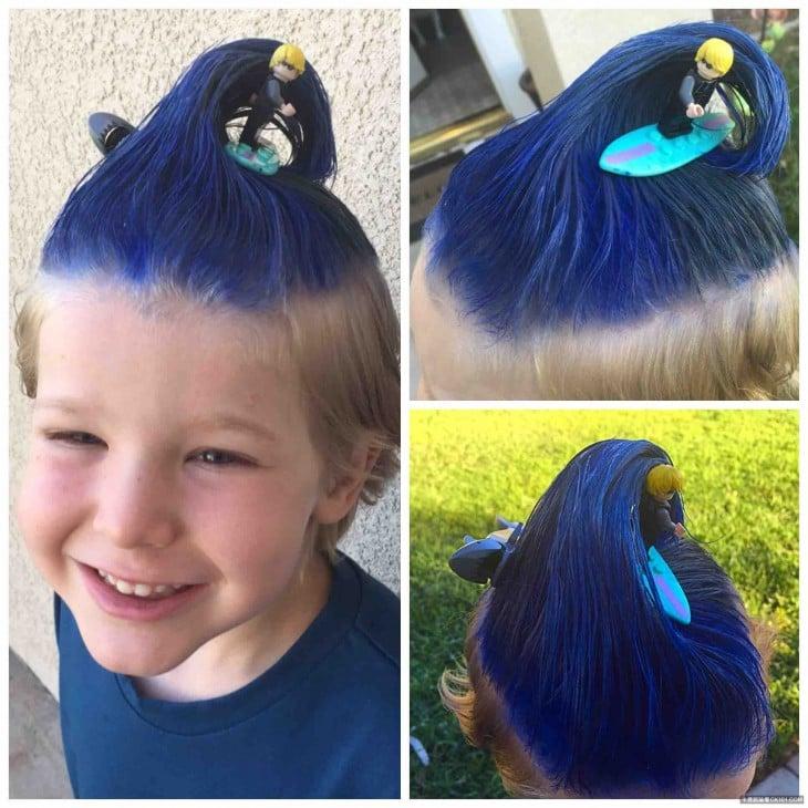niño con el cabello azul y un monito surfeando en su cabello