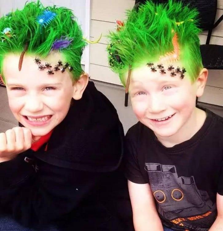 niños de cabello verde con algunos animales encima de su cabeza