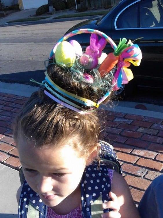 niña con un peinado de una canasta de pascua