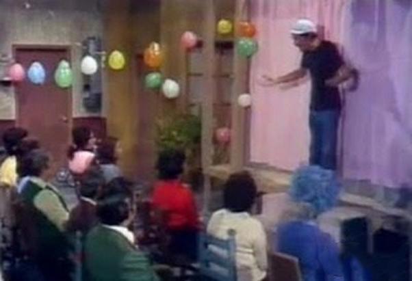 don Ramón presentando un evento en la fiesta de la vecindad