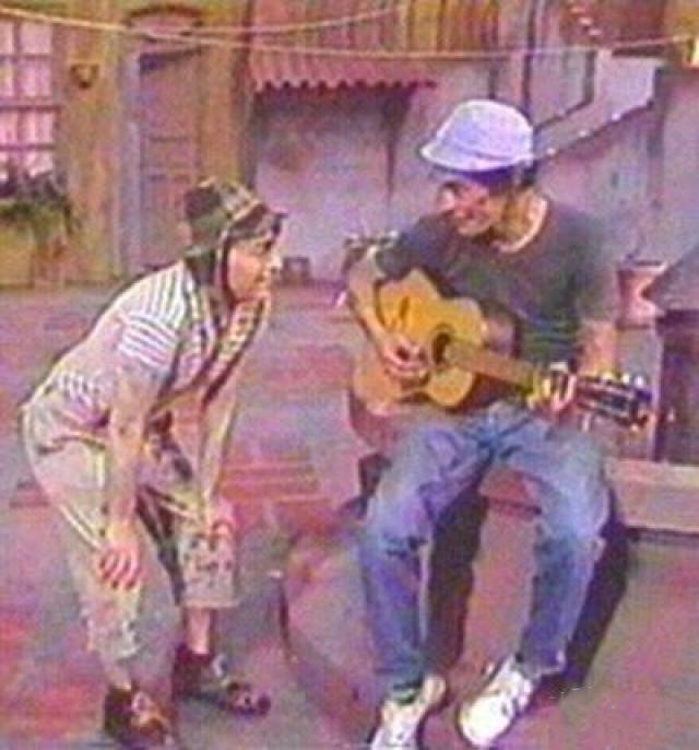 escena donde Don ramón le enseña a el chavo a tocar la guitarra